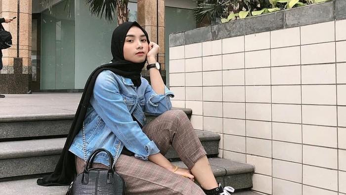 Mix and Match Outfit Hijab dengan Jaket Denim Bikin Kamu Stylish
