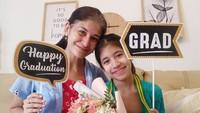 <p>Monica Oemardi membagikan momen bahagia saat si bungsu, Lousia, lulus Sekolah Dasar. Karena masih pandemi, wisuda di rumah saja ya. (Foto: Instagram @monica_oemardi)</p>