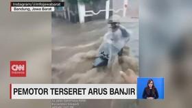 VIDEO: Pemotor Terseret Arus Banjir di Bandung