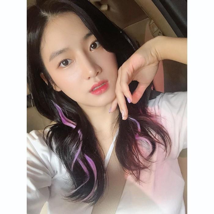 "Sebelum mengubah warna rambutnya menjadi auburn seperti sekarang, pemain drama Extracurricular, Park Ju Hyun pernah menjajal mewarnai rambutnya dengan highlight ungu yang bikin penampilannya tampak lebih playful. Saat memamerkan gaya rambutnya ini, ia juga mengenakan kuteks berwarna ungu yang senada dengan rambutnya, lho. ""My favorite #purple"" tulisnya di kolom keterangan. So cute! (Foto: instagram.com/charmgirl_1005)"