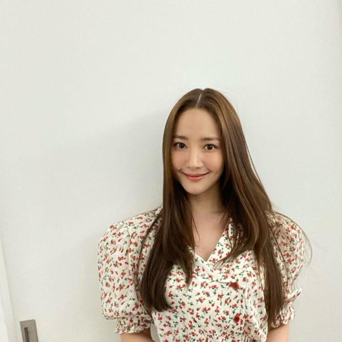 Penampilan aktris cantik Park Min Young selalu identik dengan kesan anggun dan classy. Tak terkecuali soal gaya rambutnya. Dengan model rambut panjang yang lurus dan sleek, ia memberikan sentuhan warna coklat yang bikin penampilannya terkesan lebih santai dan muda. Sedangkan gaya belah tengah andalannya memberikan kesan feminin yang sesuai dengan imej-nya. (Foto: instagram.com/rachel_mypark)