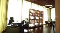 <p>Apartemen bergaya minimalis ini memiliki ruang kerja yang tampak rapi dan simpel, Bunda. (Foto: YouTube TRANS7 OFFICIAL)</p>