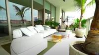 <p>Teras apartemen dibuatsimpel dan alami. Ada beberapa jenis tanaman besar menghiasi teras apartemen mewah ini, Bunda. (Foto: YouTube TRANS7 OFFICIAL)</p>