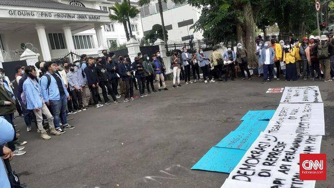 Berdemo menolak Omnibus Law di depan DPRD Jabar, ratusan mahasiswa menyebut itu bukan untuk merusak fasilitas negara, tapi memperbaikinya.