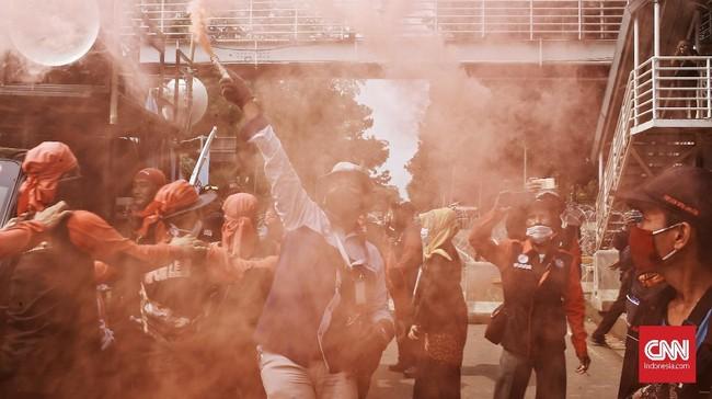 Massa kembali turun ke jalan Jakarta untuk menolak Omnibus Law Cipta Kerja di Hari Sumpah Pemuda, Rabu (28/10).