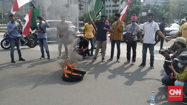 Aksi pembakaran ban dilakukan oleh Himpunan Mahasiswa Islam saat demonstrasi menolak Omnibus Law Cipta Kerja.
