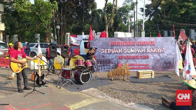 Saat berdemo menolak Omnibus Law di Tugu Proklamasi, massa mahasiswa dan buruh melantunkan 'Surat Buat Wakil Rakyat' milik Iwan Fals.