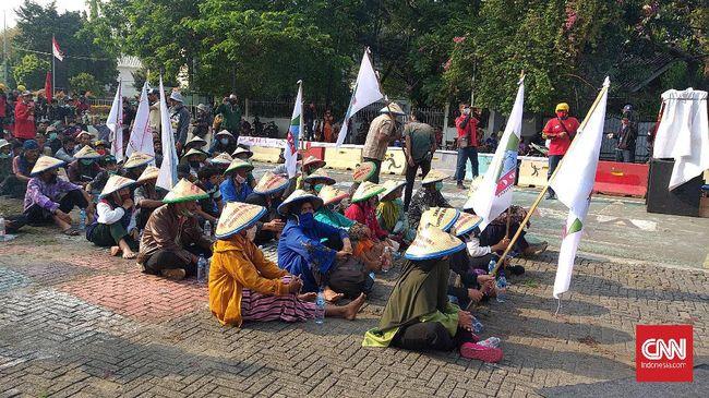 Demo Mimbar Akbar Sebuah Sumpah Rakyat oleh buruh, petani, mahasiswa, serta masyarakat miskin kota di Tugu Proklamasi berakhir damai.