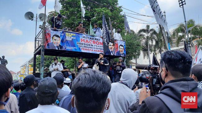 Ratusan orang berdemo di Solo menentang pernyataan Presiden Emmanuel Macron soal Islam sebagai agama krisis dan menyerukan boikot produk Prancis.