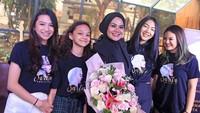 <p>6. Sarita dan anak-anaknya juga tampak saling mendukung, Bunda. Saat merilis lagu 'Bertahan Karena Cinta', ia mendapat buket bunga sebagai ucapan selamat dari keempat buah hatinya.(Foto: Instagram @queen_saritaabdulmukti)</p>