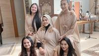 <p>2. Dalam akun Instagram pribadinya, Sarita sering membagikan aktivitas bersama anak-anaknya, Shania Salsabila, Shakilla Astari, Shafa ALiya, dan Shabina Mecca. (Foto: Instagram @queen_saritaabdulmukti)</p>