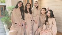 <p>4. Saat Lebaran lalu, Sarita dan keempat putrinya kompak mengenakan busana dengan warna senada seperti ini. Cantik-cantik ya, Bunda?(Foto: Instagram @queen_saritaabdulmukti)</p>