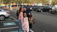 <p>3. Kalau ini potret Sarita bersama dua orang putrinya saat liburan di Queen Victoria, Melbourne, Bunda.(Foto: Instagram @queen_saritaabdulmukti)</p>