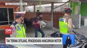 VIDEO: Tak Terima Ditilang, Pengendara Hancurkan Motor