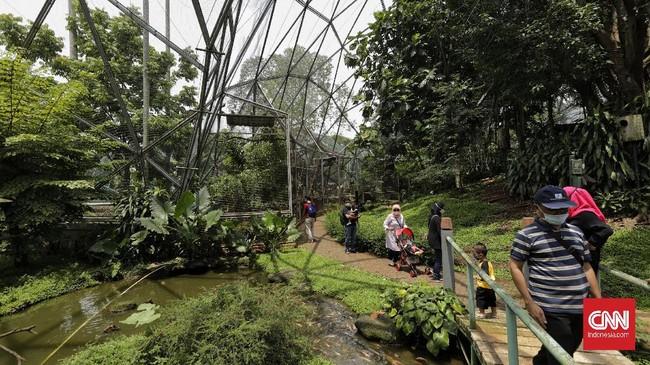 Sejumlah warga memanfaatkan libur panjang cuti bersama dengan wisata ke Taman Mini Indonesia Indah (TMII), Jakarta.