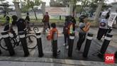 Sejumlah warga mengantre untuk berolahraga di Jakarta International Velodrome (JIV), Rawamangun, Jakarta di tengah pandemi virus corona.
