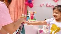 <p>Sebagai birthday girl, Cleo mendapat banyak ucapan selamat serta kado, Bunda. (Foto: Instagram @duma_riris)</p>
