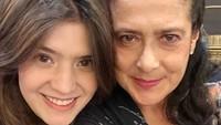 <p>1. Lily S.P dan Carissa Putri<br /><br />Carissa Putri merupakan putri dari artis senior Lily S.P, Bunda. Lily S.P seringkali berperan sebagai sosok ibu di sinetron. Lihat keduanya berada dalam satu potret seperti ini, tak dimungkiri kecantikan Carissa menurun dari sang Bunda. (Foto: Instagram @carissa_puteri)</p>