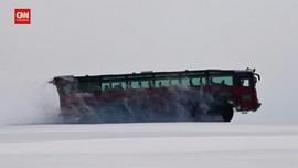VIDEO: Bus Sleipnir Bawa Wisatawan Lintasi Gletser Islandia