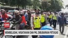 VIDEO: Membludak, Wisatawan dan PKL Dibubarkan Petugas
