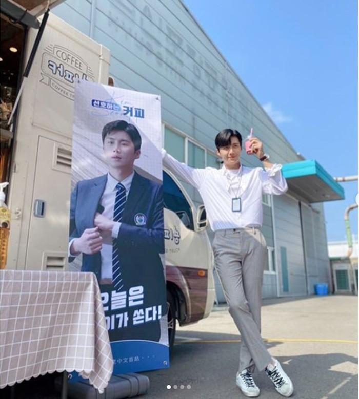 Pria 34 tahun ini, merupakan salah satu lulusan Instititut Seni Seoul jurusan broadcasting. Memulai debutnya sejak tahun 2017 di drama Good Manager berperan sebagai Sun Sang Tae (Instagram.com/@_seonhokim)