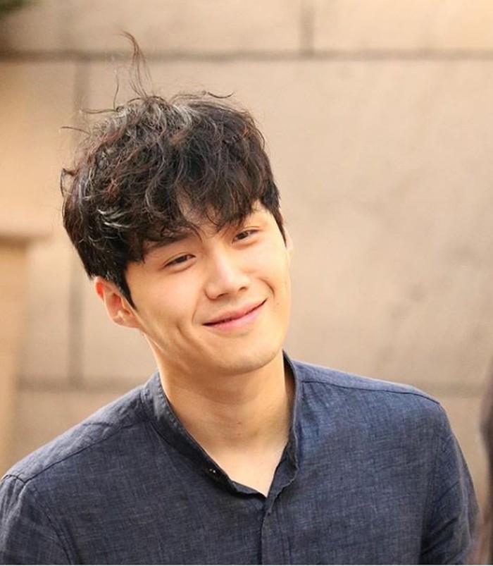 Siapa yang gak leleh sama lesung pipinya. Dengan style rambut yang demikian, semakin membuatnya tambah menggemaskan (Instagram.com/@_seonhokim)