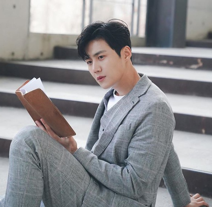 Perannya sebagai Han Ji Pyeong memang sangat menarik. Dimulai saat ia remaja yang telah menjadi yatim piatu, karena kecerdasannya dalam dunia investasi ia pun hijrah ke Seoul hingga sukses bergabung bersama Sand Box, perusahaan start up yang mewadahi para perusahaan rintisan (Instagram.com/@_seonhokim)