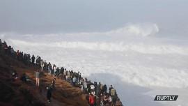 VIDEO: Uji Adrenalin Berselancar di Ombak Setinggi 5 Meter