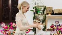 <p>Saat acara tedak siten putrinya pun Varsha Strauss mengenakan kebaya berwarna putih. Ia tampak cantik dengan pakaian adat Jawa, Bunda. (Foto: Instagram @varshaadhikumoro)</p>
