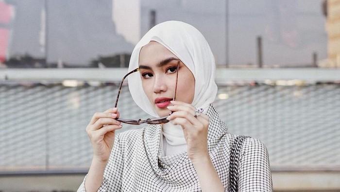 5 Gaya Hijab Pashmina Selebgram yang Pas Buat Ngantor