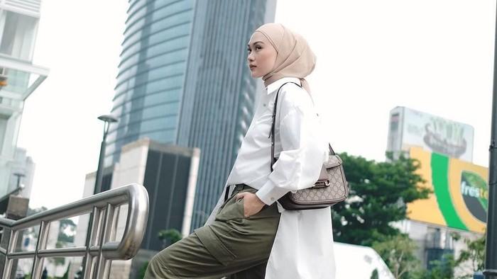 5 Tips Mix & Match Oversized Shirt untuk Hijabers