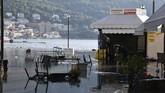 Air laut menutupi Pelabuhan Vathi di Pulau Aegean, Timur Samos, Yunani pada Jumat, (30/10).
