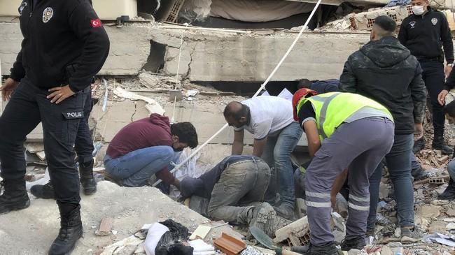 Gempa magnitudo 7.0 mengguncang Yunani dan Turki pada Jumat (30/10). Gempa ini memicu peringaran tsunami.