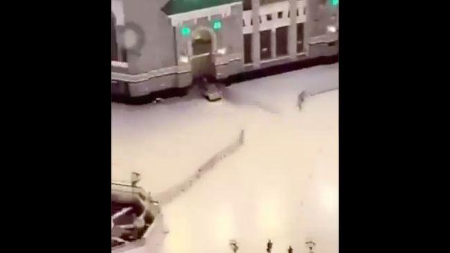 Rekaman video memperlihatkan mobil menerobos gerbang Masjidil Haram pada Jumat (30/10) malam. Pengemudi kini telah ditangkap.