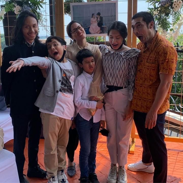 Abimana Aryasatya bersama istri dan anak-anak