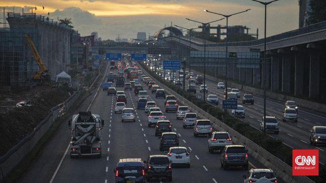 Polisi melakukan rekayasa lalu lintas di jalan layang tol Japek untuk mencegah kemacetan.