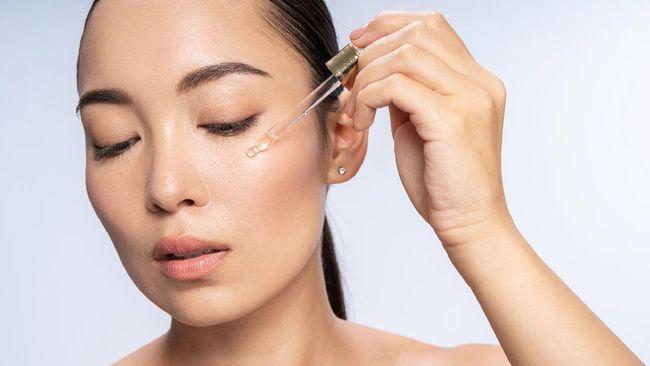 Kolagen berguna untuk membuat kulit kencang dan sehat, tapi seiring bertambahnya usia, jumlah kolagen terus menurun. Bagaimana cara memperlambatnya?