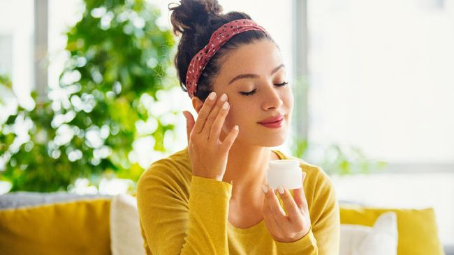 Skincare tak hanya baik untuk perawatan kulit dan wajah tapi juga untuk kesehatan mental. Berikut bahan skincare yang bermanfaat untuk kesehatan mental.