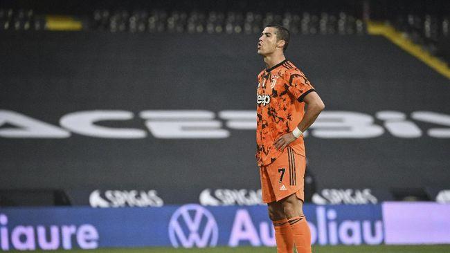 Cristiano Ronaldo dinobatkan sebagai pemenang Golden Foot 2020 usai mengalahkan rival abadinya Lionel Messi.