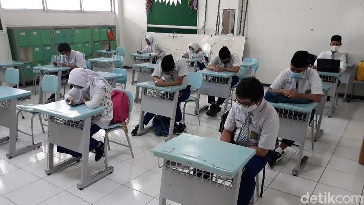Suasana uji coba sekolah tatap muka di Solo, Senin (2/11/2020). Uji coba sekolah tatap muka di tingkat SMP di Solo ini bakal digelar Rabu (4/11/2020).