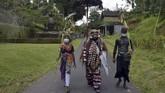 Masyarakat Bali melangsungkan tradisi Ngerebeg di Desa Tegallalang, Gianyar, selama masa pandemi Covid-19.