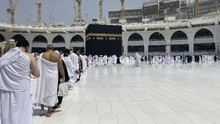 Arab Saudi Hapus Aturan Jaga Jarak di Masjidil Haram