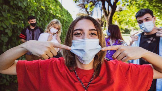 Memakai masker saat pandemi berefek pada masalah kulit seperti jerawat. Berikut sejumlah cara agar tak berjerawat saat pakai masker.