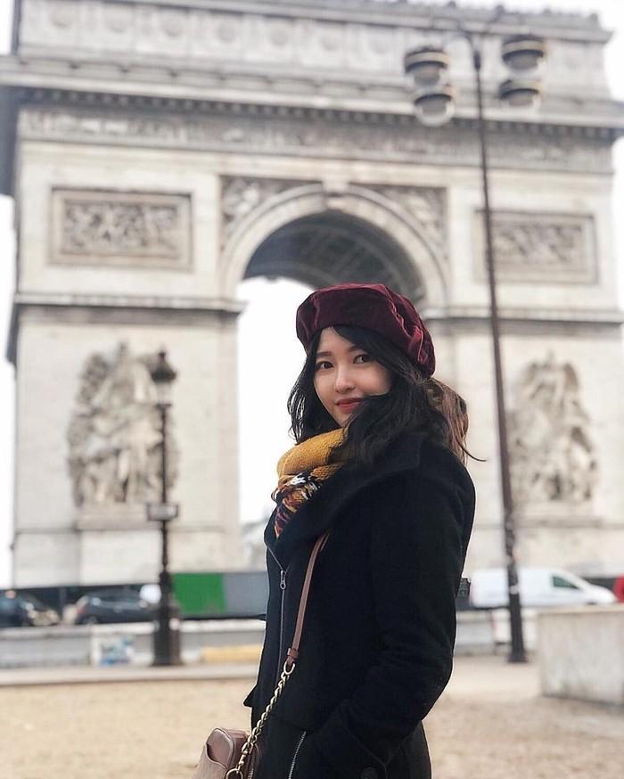 Jika kamu sering menonton akun youtube-nya, kamu akan tahu betapa sering para viewers menyebut Cici Fani sangat mirip dengan Bae Suzy, Mulai dari gaya fashion yang memang cenderung menjadikan Korean Style sebagai kiblat fashionnya, Cici Fani juga memiliki senyuman yang mirip dengan Bae Suzy. (Foto: Instagram.com/Cindythefannie)