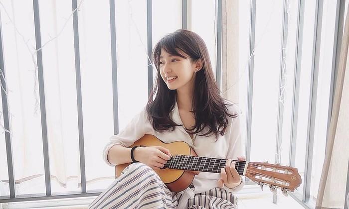 Cici Fani hobi bernyanyi, di akun youtube-nya pun cukup sering mengcover lagu dari beragam genre. Tapi ternyata Cici Fani adalah penggemar musik dangdut lho! Meskipun wajah dan penampilannya bak artis Korea ternyata Cici fani menyukai lagu-lagu khas Indonesia. (Foto: Instagram.com/Cindythefannie)