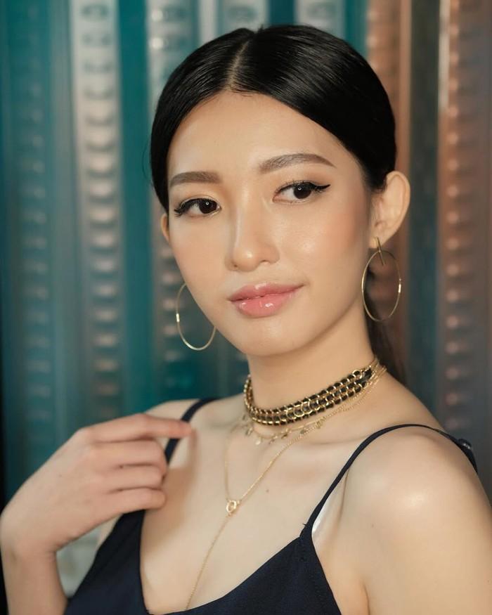 Cici Fani juga suka membagikan tutorial makeup, salah satunya adalah makeup ala Suzy. Subscribernya pun mengatakan bahwa Cici Fani semakin mirip Suzy dengan makeup tersebut. Yang terbaru, Cici Fani memberikan tutorial makeup ala Yeo Da Kyung, A World of Married Couple. (Foto: Instagram.com/Cindythefannie)