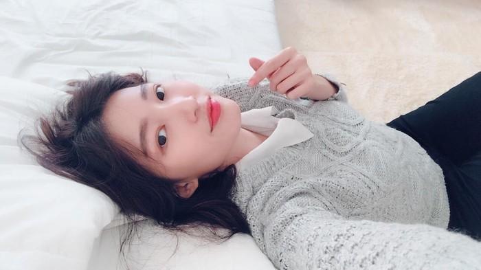 Selain secantik artis Korea, gaya pembawaan dari Cici Fani juga sangat menyenangkan, tergolong ramah dan asyik sehingga informasi yang dibagikan melalui akun YouTube dan instagram-nya membuat Cici Fani disukai. Banyak nilai positif yang bisa kamu ambil lewat akun-akun medsosnya, Melihat pose Cici Fani yang satu ini, style hingga senyumnya seperti kembaran Bae Suzy ya. (Foto: Instagram.com/Cindythefannie)