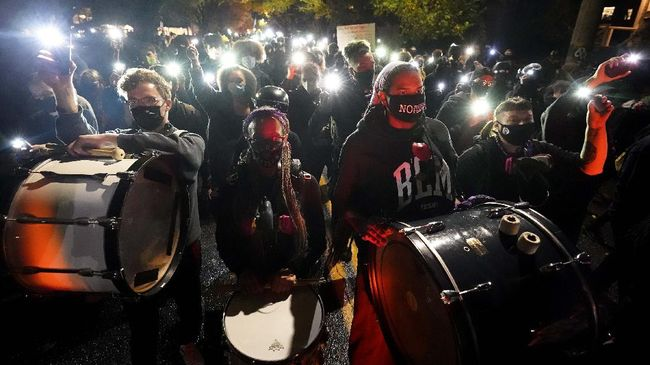 Gelombang aksi protes terjadi di sejumlah kota di Amerika Serikat, massa pendukung Trump meminta proses penghitungan suara dihentikan.