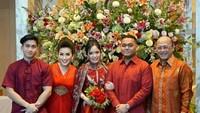 <p>Dalam momen tersebut, keluarga Mario Teguh beserta calon besan kompak mengenakan pakaian berwarna merah, Bunda. (Foto: Instagram @linnateguh)</p>
