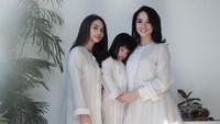 <p>6. Dalam momen Lebaran yang lalu, Ririn dan kedua anaknya mengenakan outfit serba putih. Cantik ya?(Foto: Instagram @ririnekawati)</p>